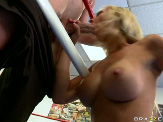 Jessica Lynn gives hot blowjob to a lucky man's hard dick