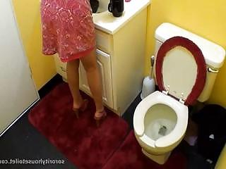 Peeing ladies 12