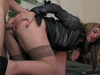 Martha&Dan mommy gives arse action