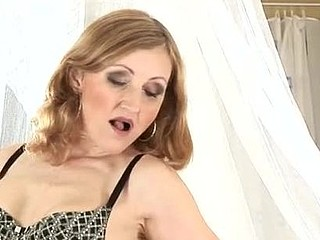Spruce older lady stuffs her cum-hole with her skilled fingers