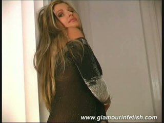Blonde  mimmi offers sexy solo show